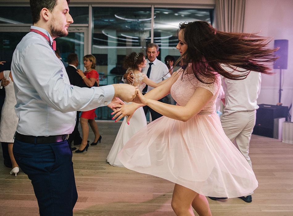 para młodych ludzi tańczy dynamicznie na parkiecie