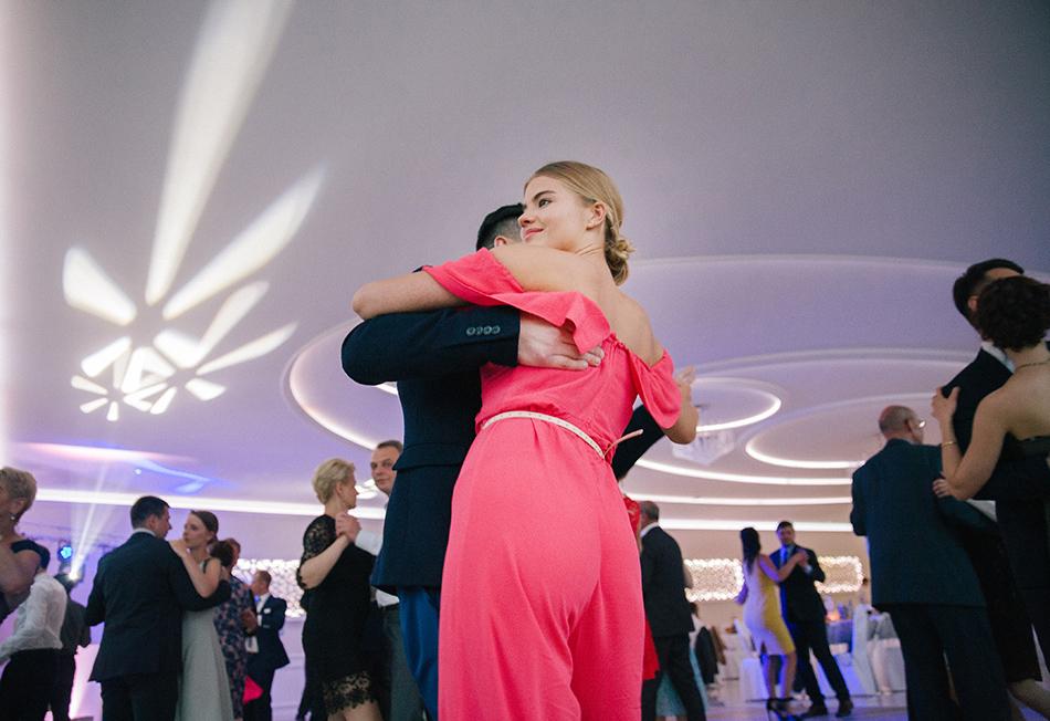 goście weselni przytują się do siebie i tańczą