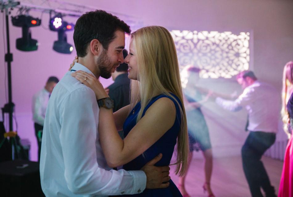 młodzi zakochani tańczą przytuleni