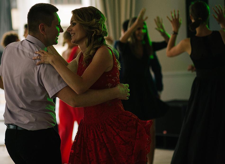 para młodych tancerzy bawi się w rytm muzyki