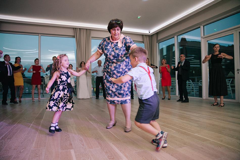 zabawa weselna, dzieci trzymią za ręce babcie i kreca sie w koło