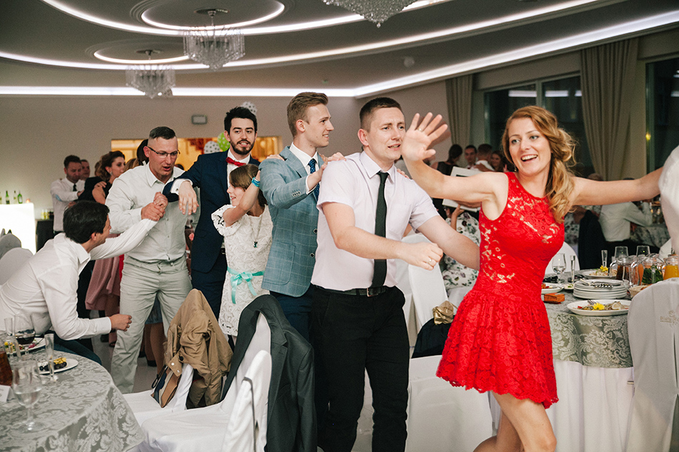 goście weselni podczas zabawy w pociąg