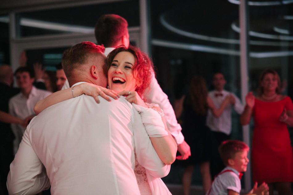 pani młoda w tańcu śmieje się wesoło