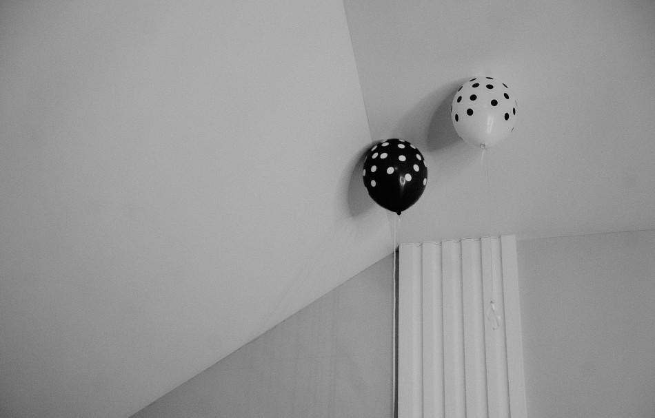 dwa balony weselne dekorują sufit sali