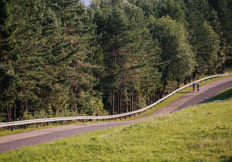 Para zakochanych zdjeżdza trasą asfaltową z Góry Żar