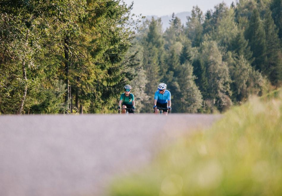 Zakochani jadą na rowerach w sportowych strojach drogą alfaltową