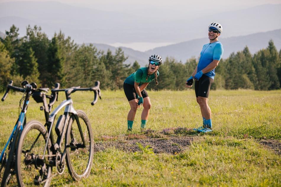Rowerzyści śmieją się wesoło do obiektywu, w tłe Beskidy, okolice Góry Żar