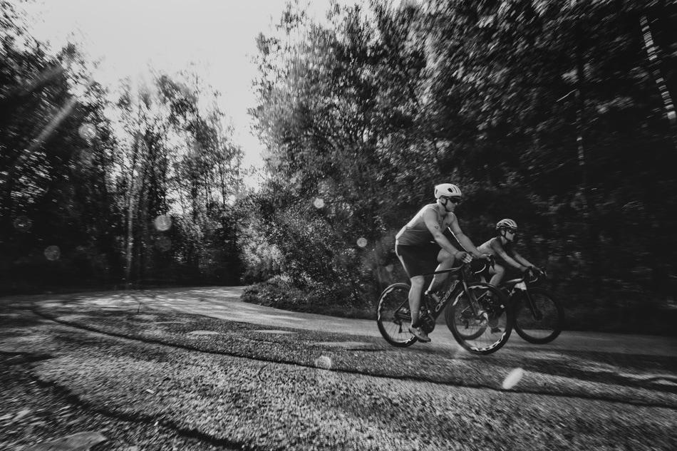 Rowerzyści zjeżdzają na rowerach szosowych z góry Żar