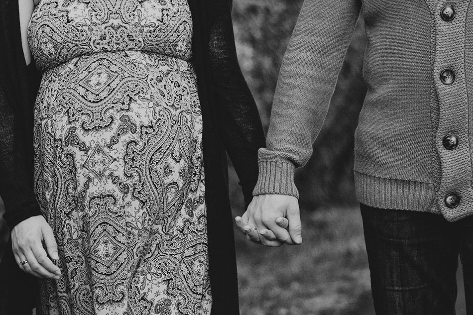 zakochani trzymają się za ręce