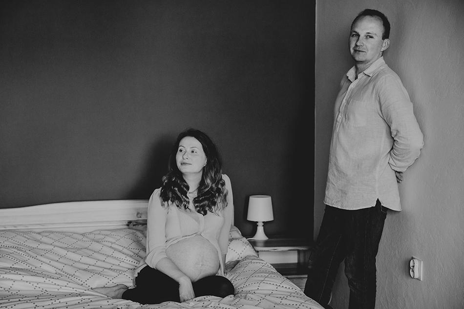 para znajduje się w swojej sypialni, kobieta siedzi na łożku, mężczyzna stoi obok