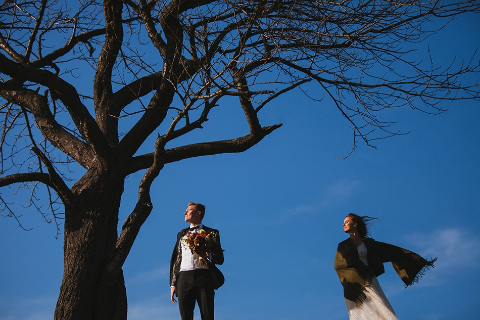 para młoda stoi przy drzewie na górze cieńków w wiśle