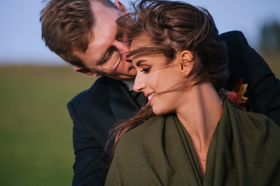 mężczyzna przytula twarz do policzka kobiety