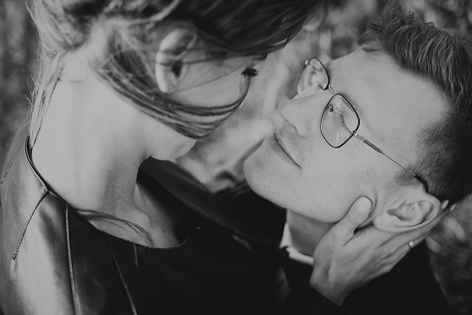 chłopak jest przytulony do dziewczyny, ma zamknięte oczy