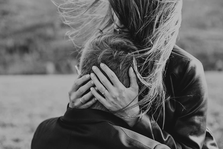 dziewczyna przytula głowe swojego chłopaka