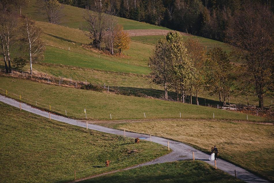 krajobraz szlaku turystycznego w beskidach, spaceruje para młoda